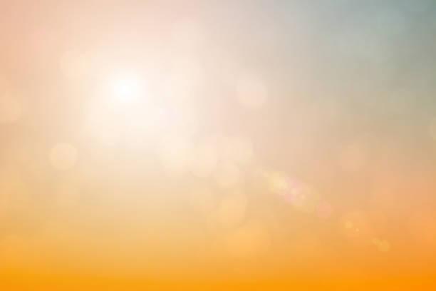 fundo natural borrando cores quentes e luz solar brilhante. bokeh ou natal fundo green energy no céu cor ensolarada padrões de luz laranja simples flare abstrato nuvens noite borrão. - sol nascente horizonte drone cidade - fotografias e filmes do acervo