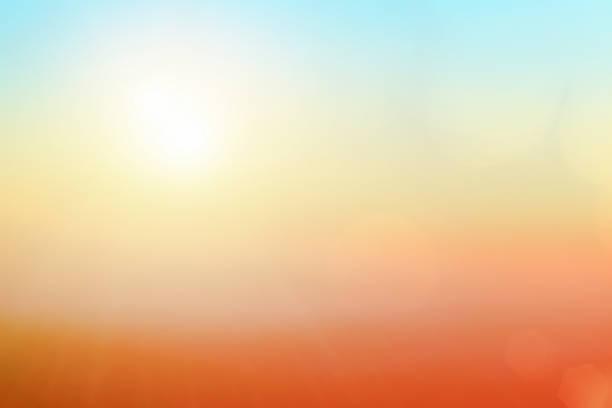 fundo natural embaçando cores quentes e luz solar brilhante. bokeh ou natal fundo energia verde na cor ensolarada do céu padrões de luz laranja simples nuvens de sinalização abstrata sembaçam. - sol nascente horizonte drone cidade - fotografias e filmes do acervo