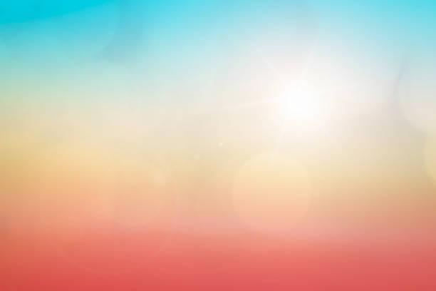 fundo natural desfocando cores quentes e luz solar brilhante. bokeh ou fundo natalino energia verde no céu de cor ensolarada padrões de luz laranja simples nuvens abstratas de sinalização desfocam. - sol nascente horizonte drone cidade - fotografias e filmes do acervo