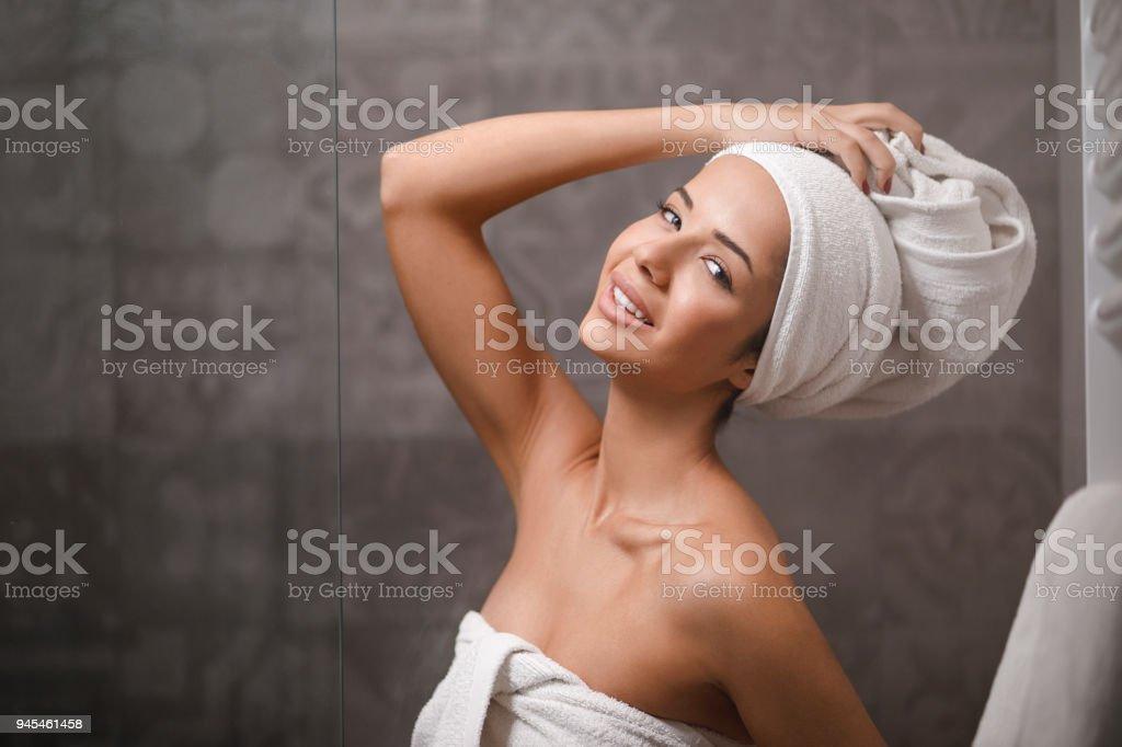 Junge Gil Flash Handtuch nach dem Duschen, Molliger Teenager beugte sich nackt vor