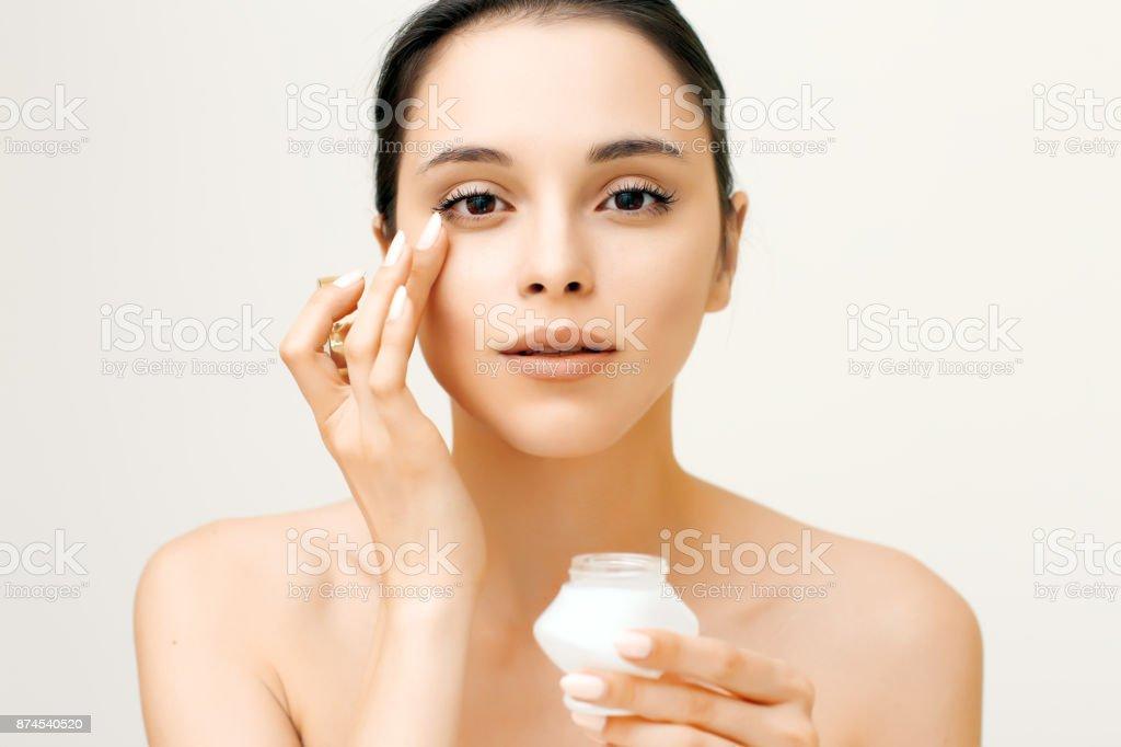 Natürliche Schönheit Porträt der jungen Frau, die Anwendung der Creme im Gesicht – Foto