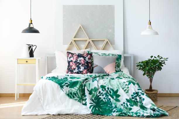 natürliche schlafzimmer mit feinen möbeln - paletten kopfbrett stock-fotos und bilder