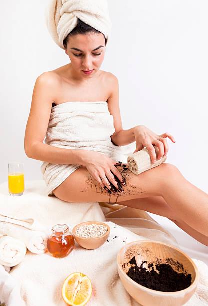das natural body care. bio. handgefertigt. honey.oats.coffee. schwamm. - peeling bürste stock-fotos und bilder