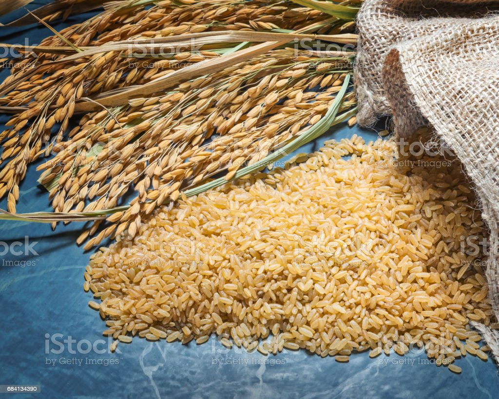 Natural brown rice uncooked royalty free stockfoto