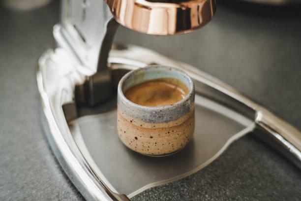 natürliche keramik demitasse kaffeetasse bereit zu trinken - mokkatassen stock-fotos und bilder