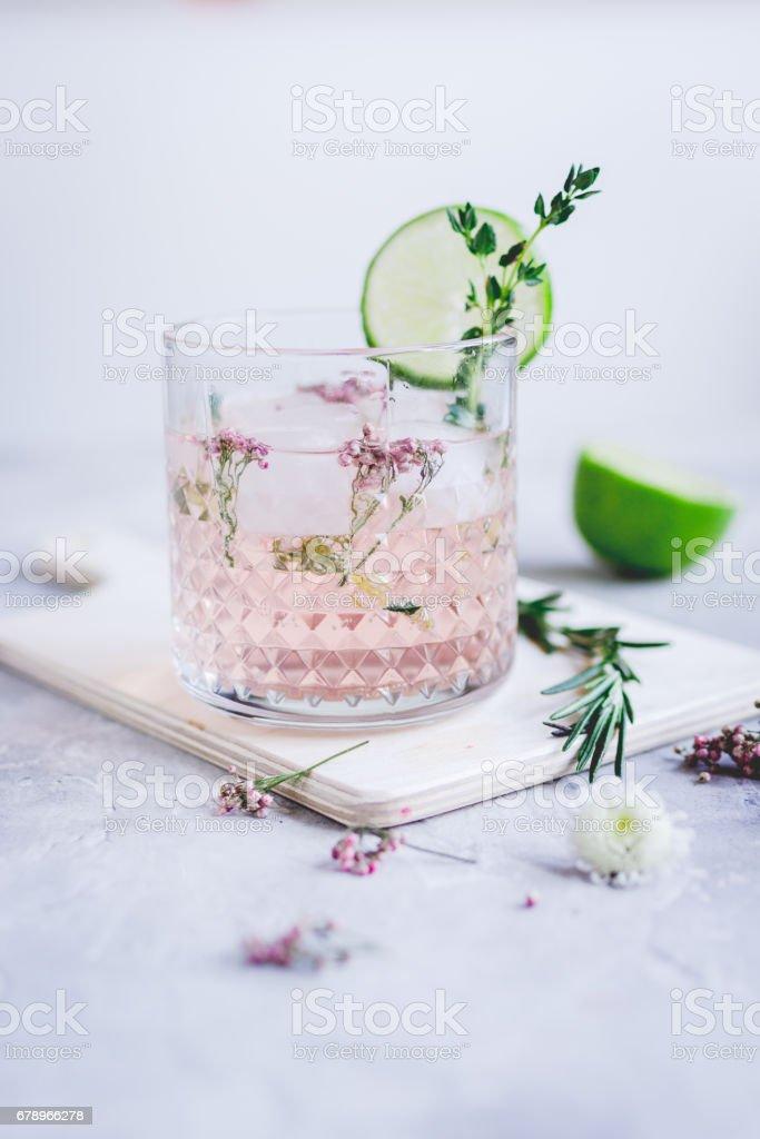 cocktail naturel aux herbes et coupe citron vert sur fond de Pierre Bureau photo libre de droits