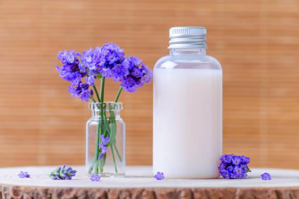 natürliche kosmetische Flasche mit frischem Lavendel Blumen – Foto
