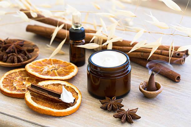 cosmetici naturale - oli, aromi e spezie foto e immagini stock