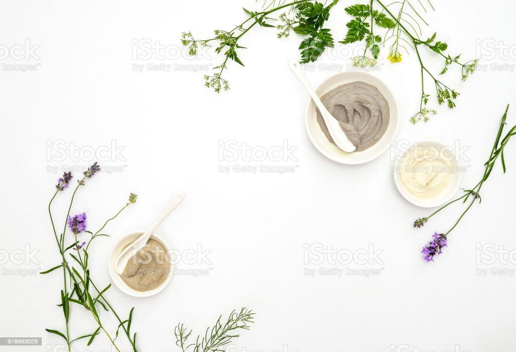Concept de cosmétiques naturels avec différents types d'argiles cosmétiques et herbes - Photo