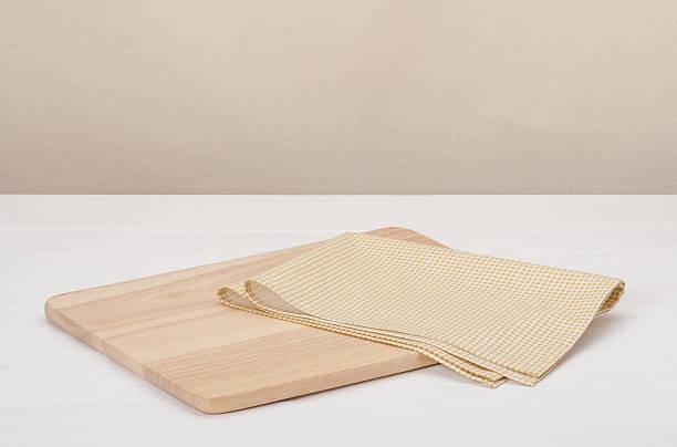 naturalnej bawełny serwetka i drewniane deska na białe malowane drewno - rbg zdjęcia i obrazy z banku zdjęć