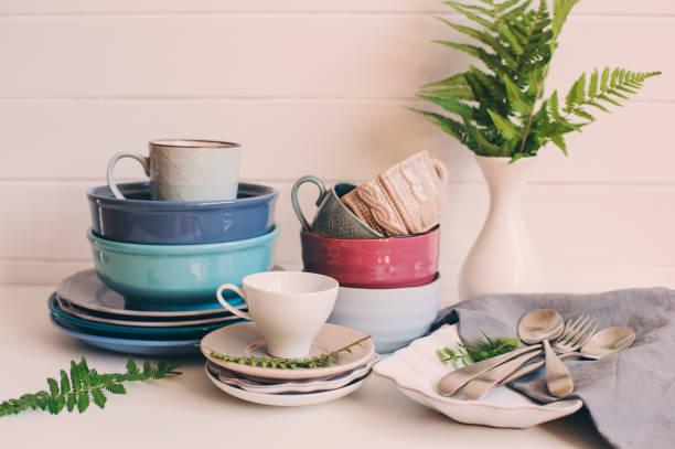 natürliche geschirr geschirr auf hölzernen hintergrund. keramik aufgetischt und tassen in neutralen tönen, skandinavischen stil. - glaswaschtisch stock-fotos und bilder