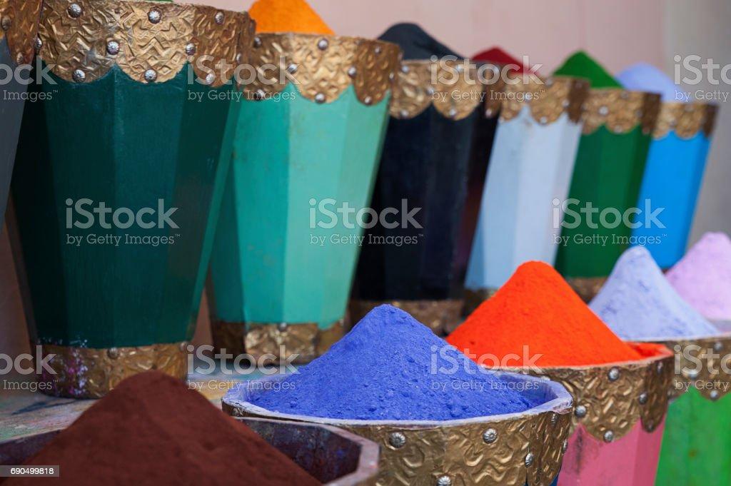 Tintes naturales, polvos de pigmento colorido y vibrante en macetas de madera - foto de stock