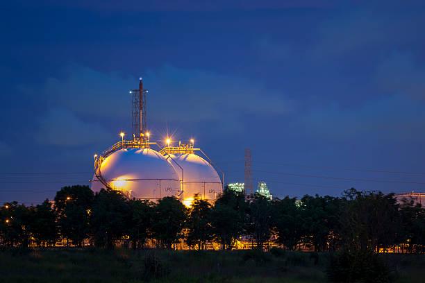 Natural Gas Tank-Tops in der Dämmerung – Foto