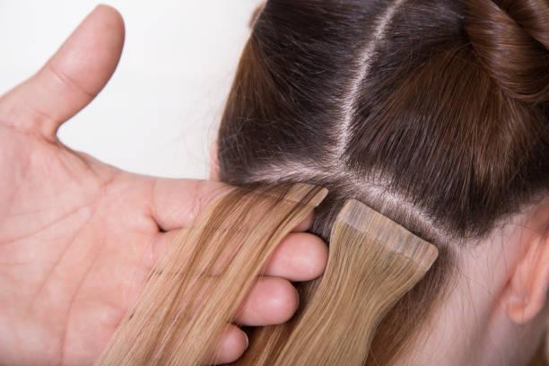 살롱에서 자연 머리 확장, 머리에 클로즈업 손 - 붙임 머리 뉴스 사진 이미지