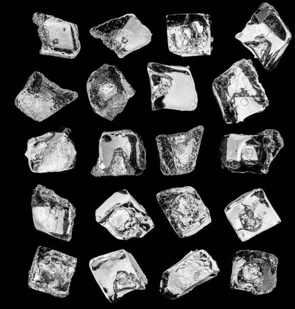 natürliche eiswürfel auf schwarzem hintergrund, isoliert auf schwarz. schneidepfad für jedes stück. - eiswürfel stock-fotos und bilder