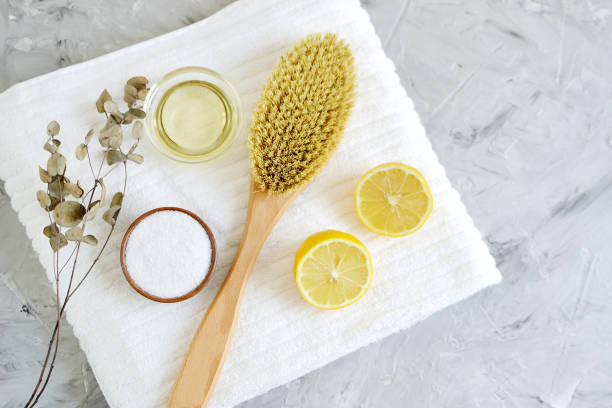 natürliche zutaten für hausgemachte körper meersalz peeling zitrone olivenöl - peeling bürste stock-fotos und bilder