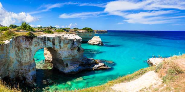 """자연 명소 그리고 puglia의 최고의 해변입니다. """"토 레 디 산 트 안드레아"""" 오트란토 근처. 이탈리아 - 이오니아 해 뉴스 사진 이미지"""