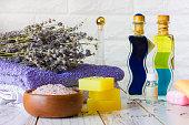 天然ラベンダー石鹸とお風呂塩、フランス石油と木製白地タオル
