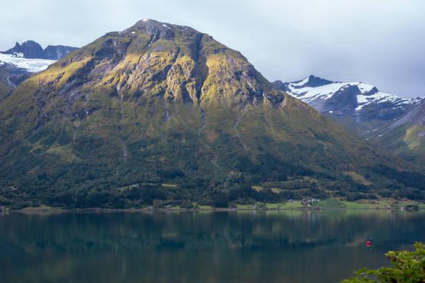 Natürliche Berglandschaft im Sommer in Oppstryn Norwegen. – Foto