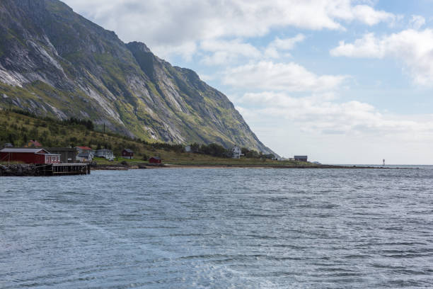 Natürliche Berglandschaft mit Blick aufs Meer im Sommer in Lofoten, Norwegen. – Foto