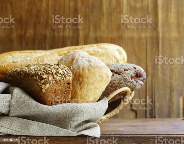 Натуральный Органический Ассортимент Хлеба — стоковые фотографии и другие картинки Багет