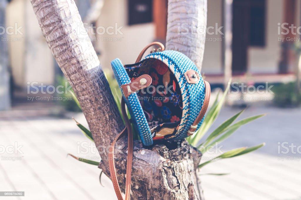 Naturliga organiska handgjorda rotting handväska närbild. Blå färg - Royaltyfri Bag Bildbanksbilder