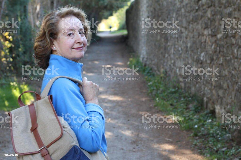 Natürliche Freizeitkleidung 65 Jahre alte Frau – Foto