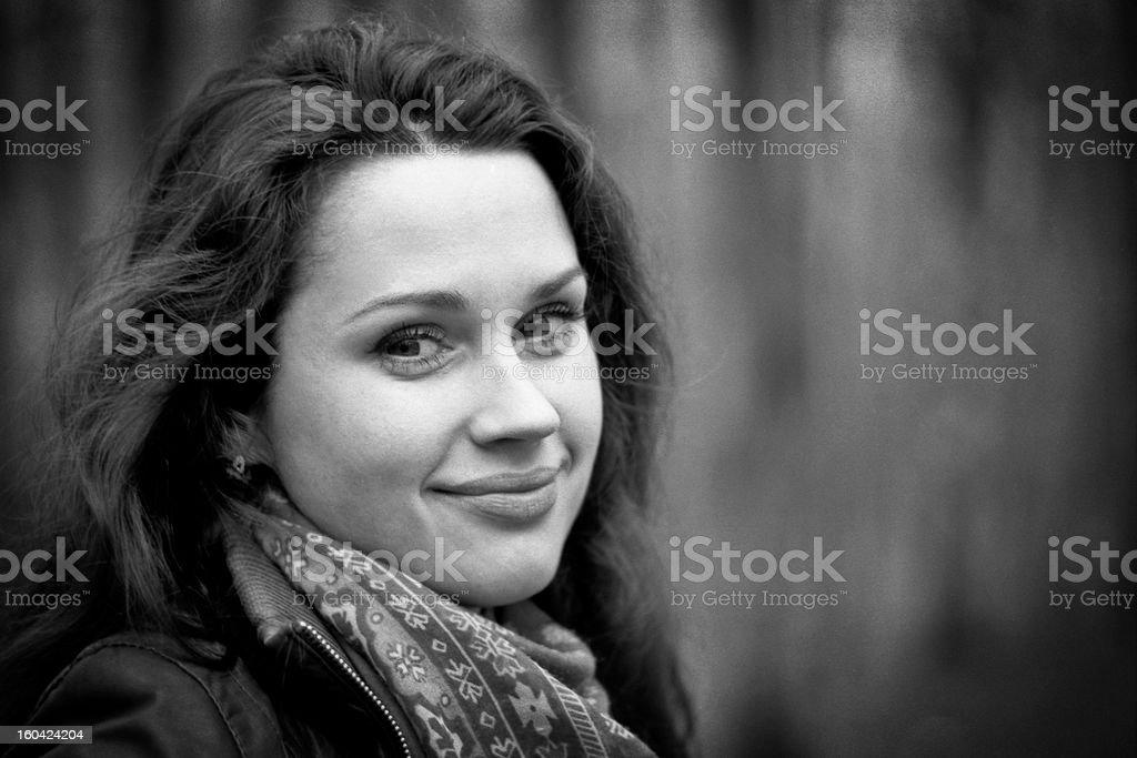 Натуральный Портрет улыбающегося молодой женщины стоковое фото