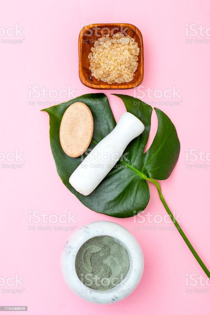 Cuidado natural de la piel. Máscara de arcilla sobre fondo rosado - Foto de stock de Aromaterapia libre de derechos