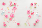 自然のスキンケア製品と花