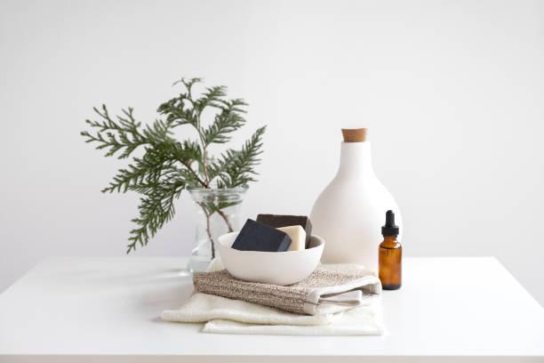 天然肥皂堆疊在竹浴擦乾米特·羅姆尼和毛巾 - 美容品 個照片及圖片檔