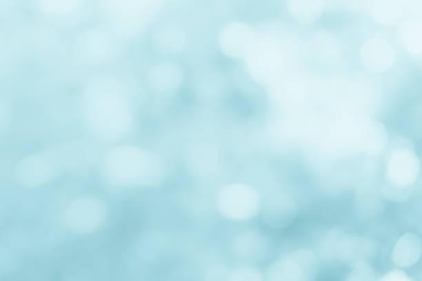 a primavera natural desfoca fundo do mar azul. crie cores claras e suaves e claras de sol brilhante. azul bokeh fundo de luz de glitter abstrato. foco textura da natureza fresco crescimento brilhante mares do dia. - sol nascente horizonte drone cidade - fotografias e filmes do acervo