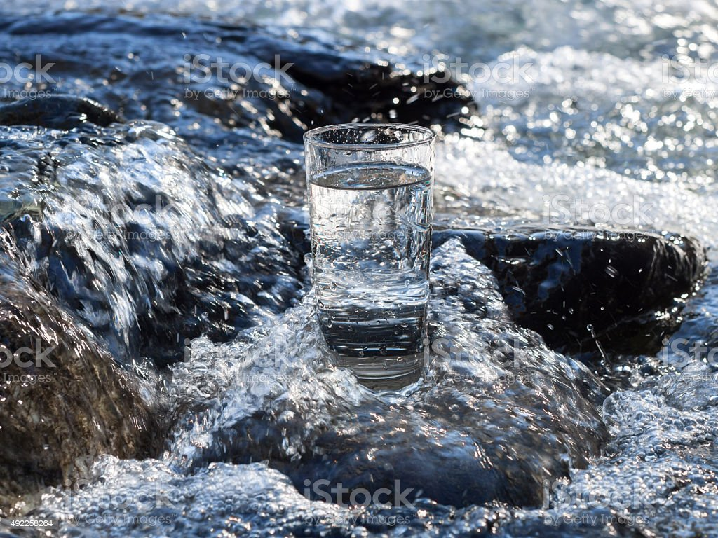 Natürlichem Wasser in einem Glas – Foto