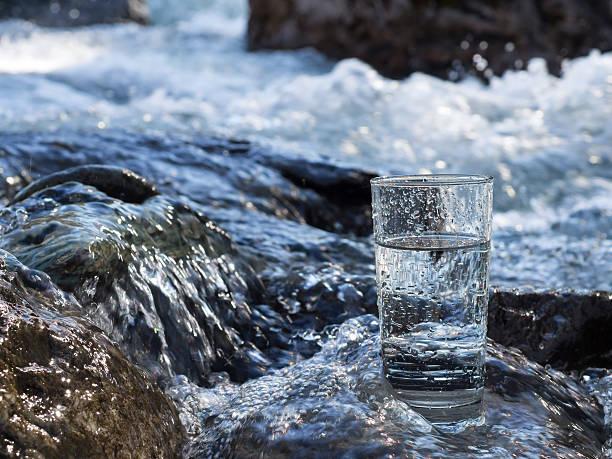 naturel de l'eau dans un verre - source naturelle photos et images de collection