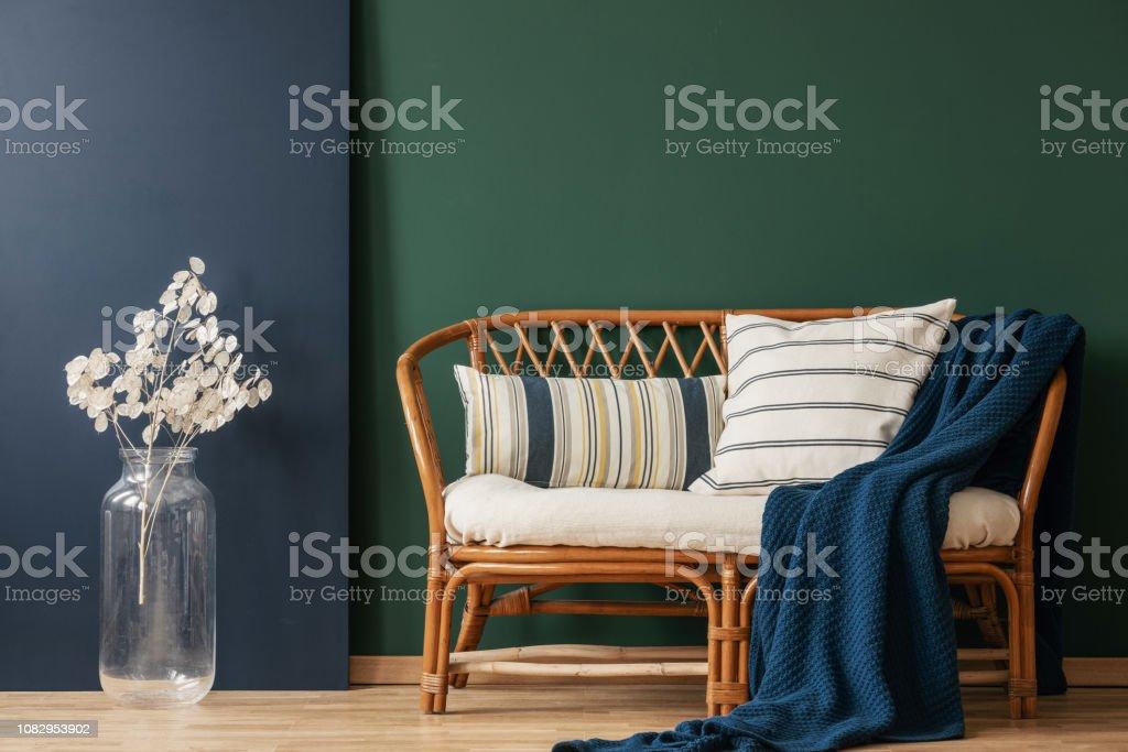 Natürliche Wicker Sofa Mit Gestreiften Kissen Und Decke ...