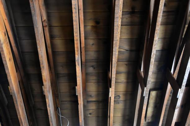 Natuurlijke houten spantenbalken foto