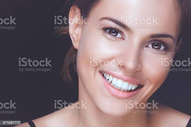 Natürliche Junge Frau Mit Einem Perfekten Lächeln Und Saubere Gesunde Haut Stockfoto und mehr Bilder von Frauen