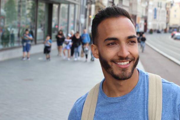 Homem naturalmente bonito que sorri ao ar livre - foto de acervo
