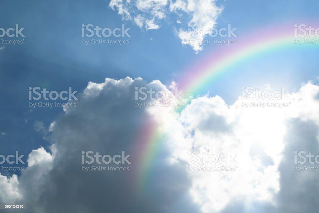 Cloudscape de la naturaleza con el azul cielo y blanco nube con arco iris - foto de stock