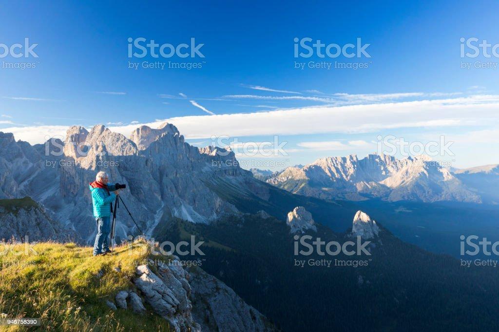 Naturfotograf in den Alpen im Rosengarten, Latemar Berggruppe, Südtirol – Foto
