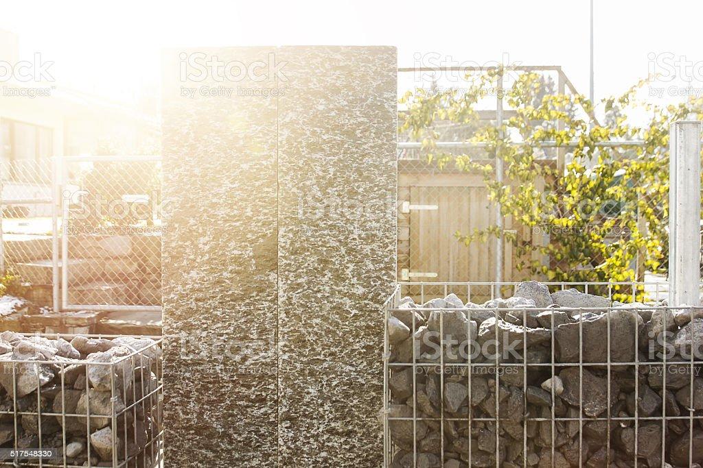 Natur Stein Granit Stelen Mit Granitgravel Zaun Gabione Stock