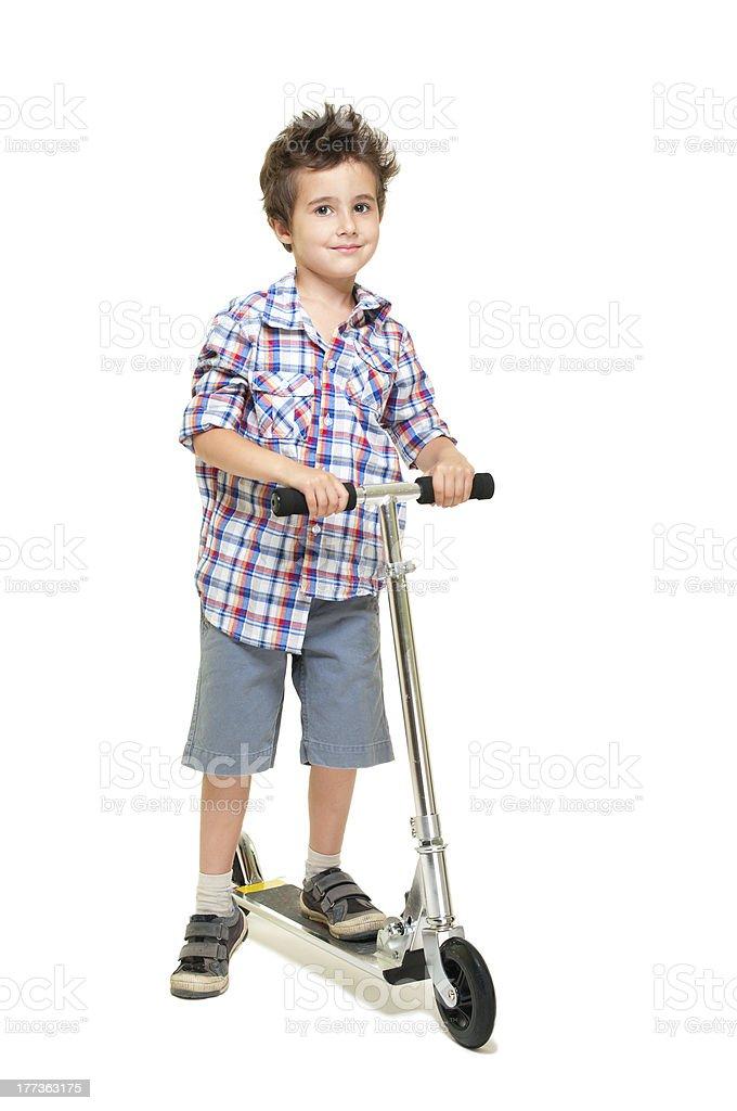 Frech Behaart kleine Junge in shorts und T-shirt mit Rollstuhl – Foto