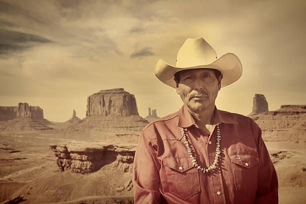 navajo-cowboy in amerikanischen südwestens landschaft - navajo stil stock-fotos und bilder
