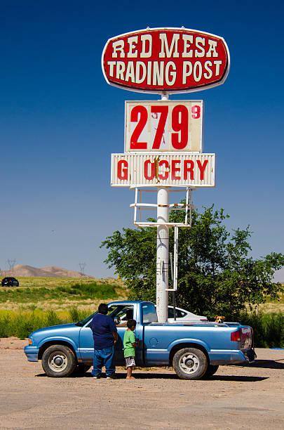 navajo personen im rot mesa handel bereitstellen arizona - navajo stil stock-fotos und bilder