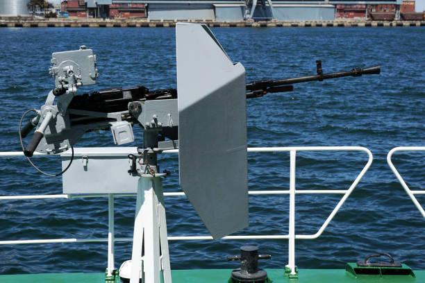Cañón de artillería de la nave naval - foto de stock