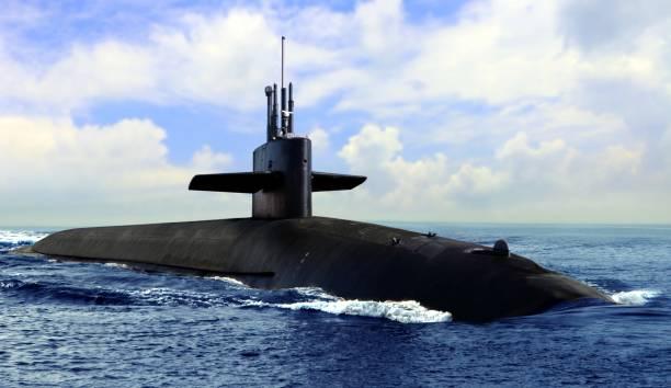 submarino naval en la superficie azul abierta del mar - submarino fotografías e imágenes de stock