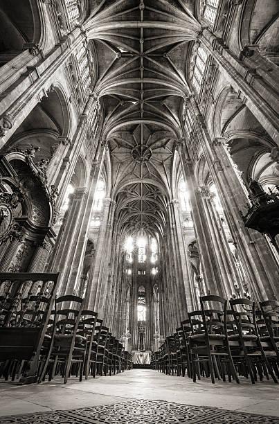 nave con il soffitto a volta, gli archi, la chiesa di saint eustache, parigi, francia - saint eustache church foto e immagini stock