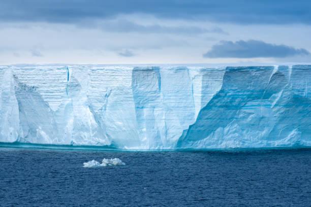 Navigieren zwischen riesigen Eisbergen, einschließlich der weltweit größten aufgezeichneten B-15, gekalbt aus dem Ross-Schelfeis der Antarktis, – Foto