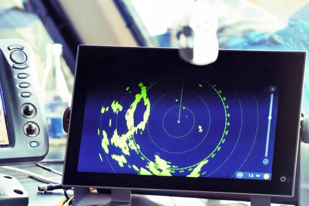 navigation-ausrüstung in einem kommerziellen passagier-boot - steuerungstechnik stock-fotos und bilder