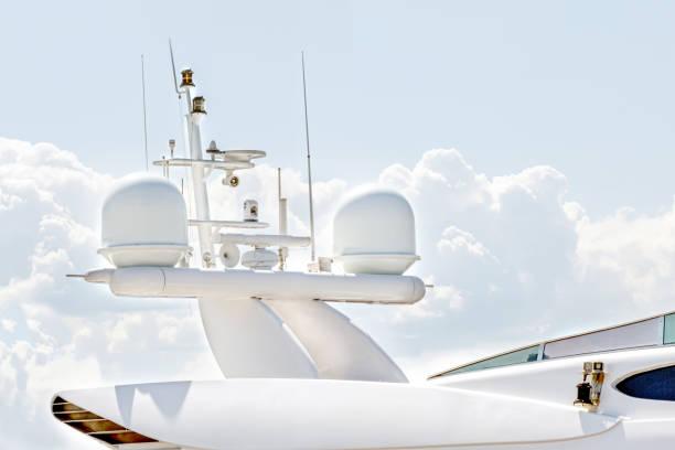 equipo de navegación, mástil de antena y radar de comunicación por satélite de yates o barco - foto de stock
